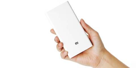 Xiaomi Power Bank 20000 в руке