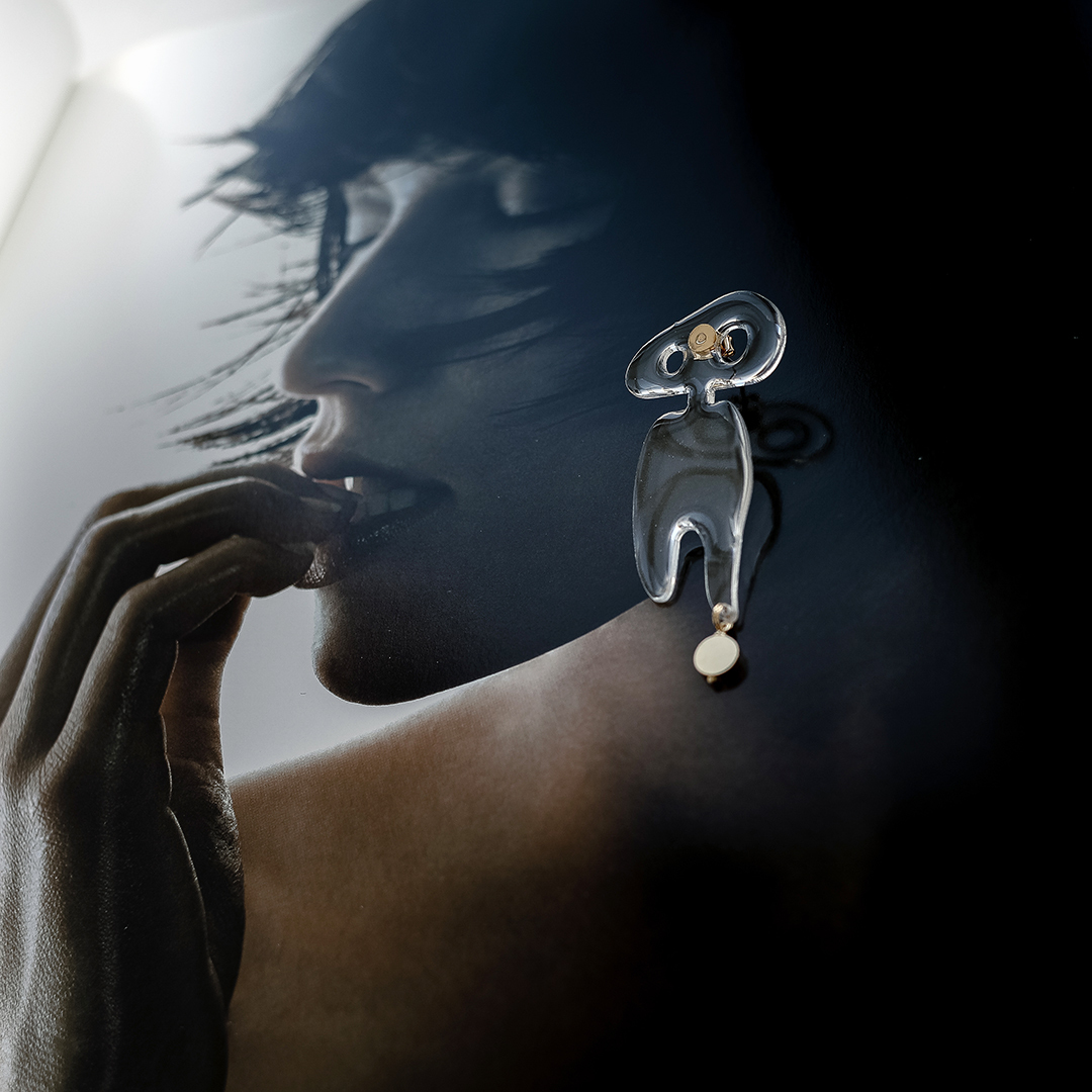 Ассиметричные серьги из пластика «человечки