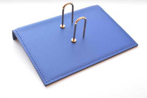 Синяя подставка для настольного календаря из кожи Cuoietto.