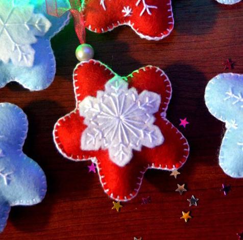Подарочная игрушка из фетра ручной работы Красная Снежинка