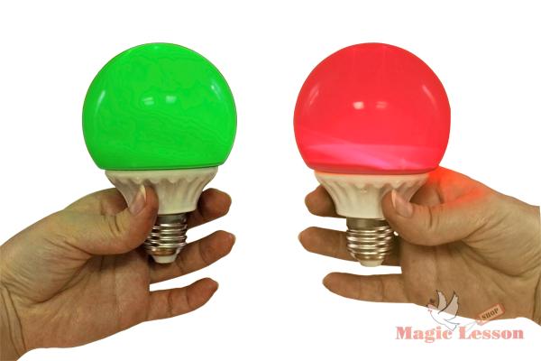 Лампочка горит в руке тремя цветами