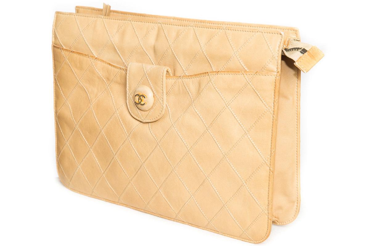Элегантная сумочка-клатч бежевого цвета от Chanel