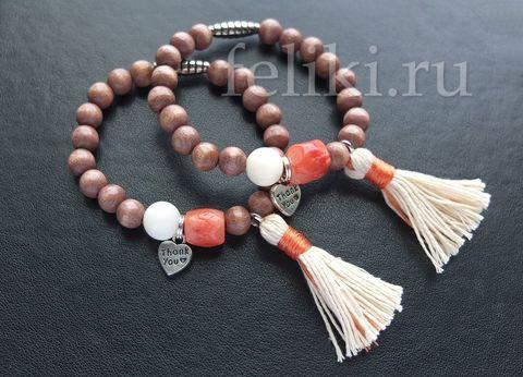 браслет из коралла и дерева с кисточкой