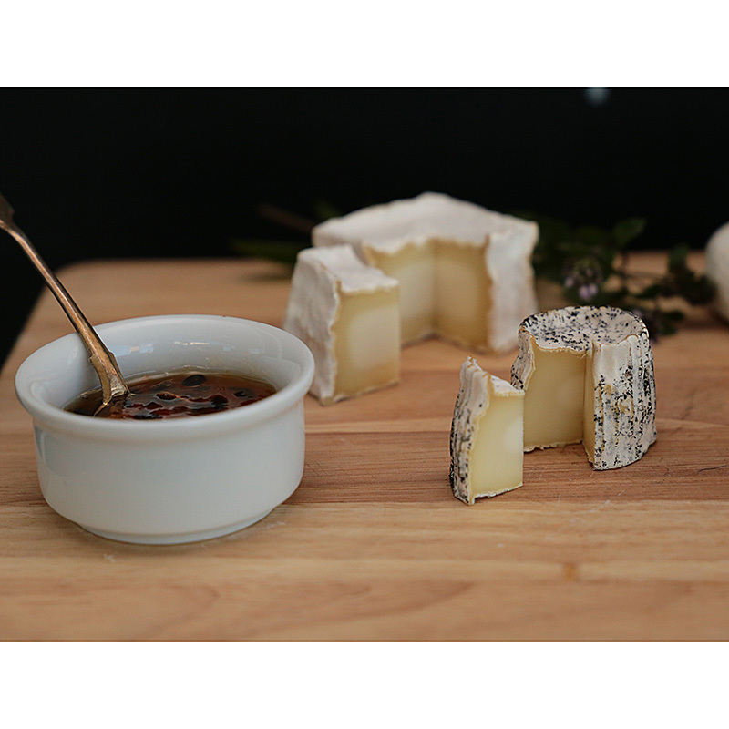Фотография Набор «Четыре сыра» (мини-камамбер, кроттен, бюш-де-шевр, нёшатель) купить в магазине Афлора