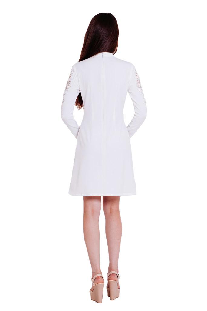 """Приталенное белое платье-мини с ажурной отделкой и украшением """"лилия"""""""