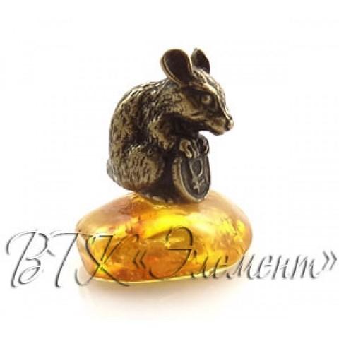 Мышка латунная с монеткой на янтаре